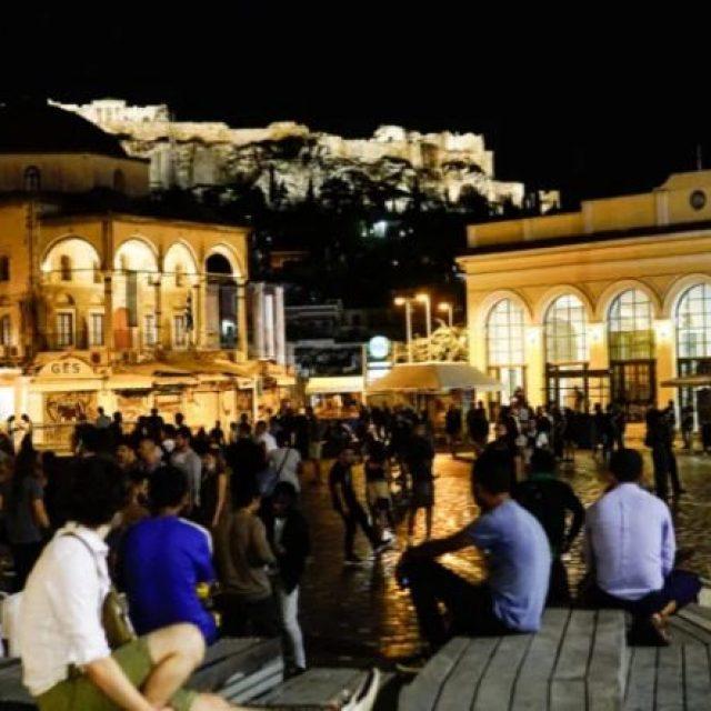 Η πλατεία ήταν γεμάτη – Δεν έπιασε το μέτρο με τα κλειστά περίπτερα το βράδυ του Σαββάτου