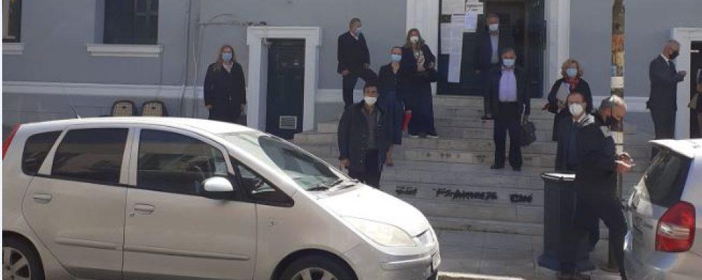 Διαμαρτυρία του Δικηγορικού Συλλόγου Κορίνθου…Έξω απο το Δικαστικό Μέγαρο – Ζητούν άνοιγμα δικαστηρίων και οικονομική στήριξη