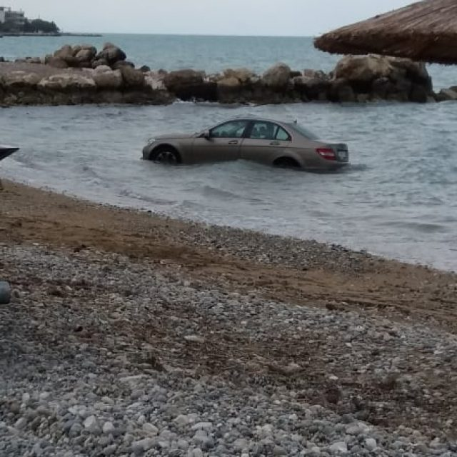 Λέχαιο:Ηλικιωμένος οδηγός πέφτει για δεύτερη φορά,  με πολυτελές αυτοκίνητο  στη θάλασσα !