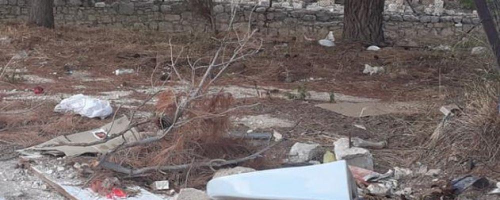 """Αρχαία Κόρινθος-Σκουπίδια στον αρχαιολογικό χώρο…ο μπιντές στη φωτο μάλλον είναι της """"ωραίας Ελένης"""""""
