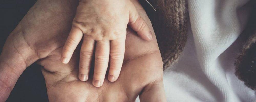 Επίδομα από 300 ως 1.000 ευρώ, σε όσες οικογένειες αποφασίσουν να γίνουν ανάδοχοι γονείς