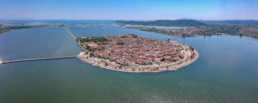 H ελληνική πόλη που βρίσκεται στην καρδιά μιας λιμνοθάλασσας και μοιάζει με καρτ ποστάλ (εικόνες)