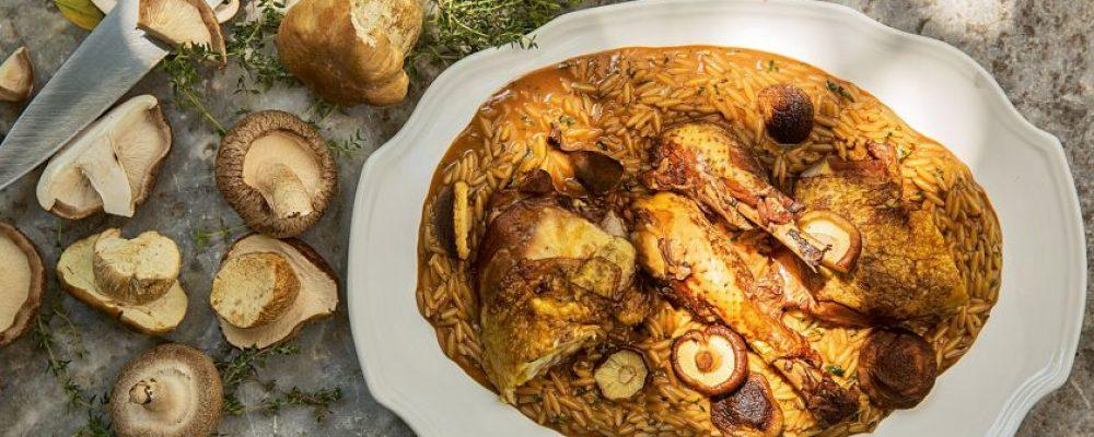 Γιουβέτσι με κόκορα μαγειρεμένο με άγρια μανιτάρια και Αγιωργίτικο