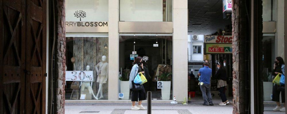 Με χρονικό όριο και εντός δήμου τα ψώνια από Δευτέρα, «παγώνει» το άνοιγμα στα κομμωτήρια