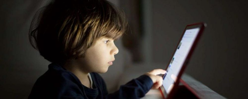 «Καμπανάκι» από τους επιστήμονες: Δύο ώρες στην οθόνη «καίει» τον εγκέφαλο των παιδιών