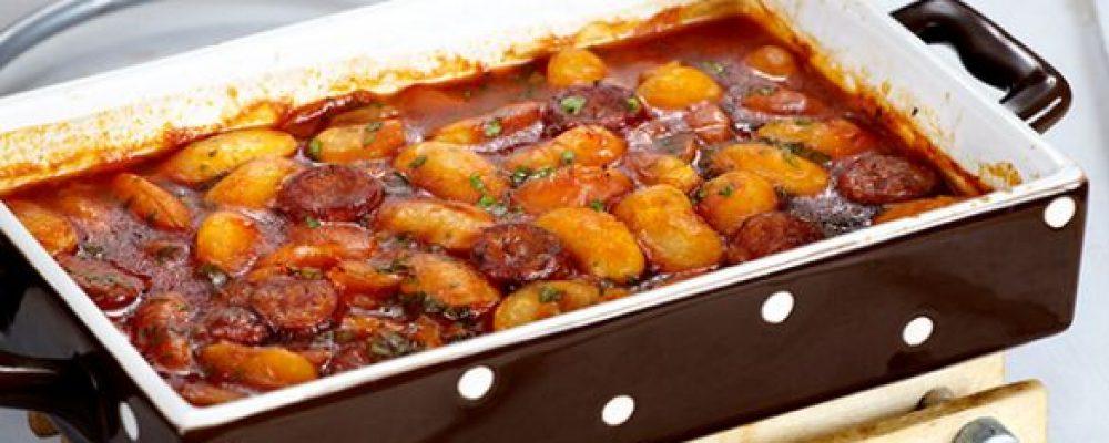 Πεντανόστιμα φασόλια φούρνου με λουκάνικο