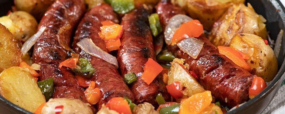 Λουκάνικα με πατάτες και λαχανικά στο τηγάνι