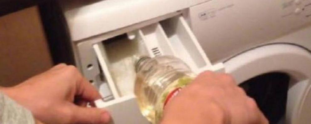 Έριξε αυτό το υλικό μέσα στο πλυντήριο – Μόλις το δείτε θα το κάνετε αμέσως!