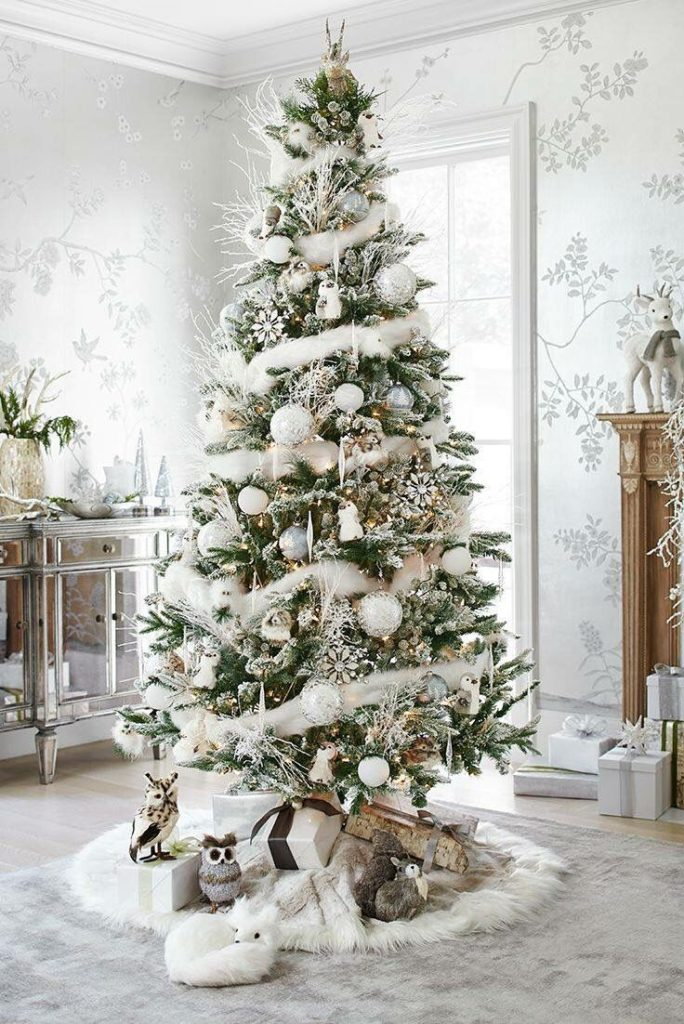 christmas-tree-with-white-decoration